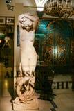 Staty i fönster av ett antikt lager i Florence Arkivfoton