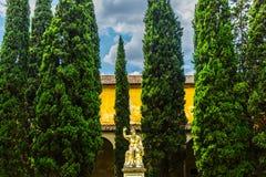 Staty i trädgården, Florence, Italien royaltyfria bilder