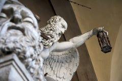 Staty inom gammal kyrkogård Arkivfoto