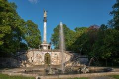 Staty med guld- ängel på en kolonn som namnges friedensengel Munic royaltyfri bild