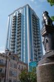Staty med moderna skyskrapor på bakgrund, Kyiv, Ukraina royaltyfri bild