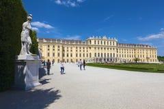 Staty nära den Schonbrunn slotten royaltyfri fotografi