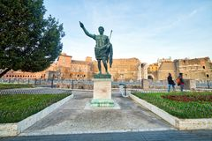 Staty nära Roman Forum royaltyfri bild