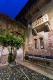 Staty och balkong av juliet i Verona, Italien Royaltyfri Fotografi
