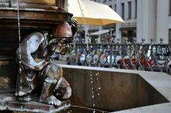 Staty och springbrunn. royaltyfri bild
