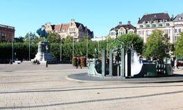 Staty och springbrunn på Stortorget i Malmö, Sverige Royaltyfri Fotografi