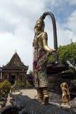 Staty på baksida av krokodilen i trädgård av Wat Sampov Pram royaltyfri bild