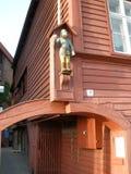 Staty på byggnad i Bergen Arkivbild