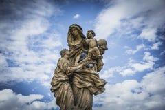 staty på Charles Bridge i Prague och duvor Royaltyfri Fotografi
