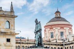 Staty på den Bolivar fyrkanten i Bogota, Colombia arkivfoton