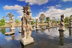Staty på den Tirtagangga vattenslotten i Bali, Indonesien royaltyfria bilder