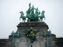Staty på den triumf- bågen i Cinquantenaire Parc i Bryssel, Belgien arkivbilder