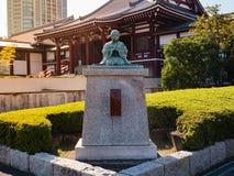 Staty på den Zojo jitemplet och Tokyo torn i Japan royaltyfri foto