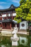 Staty på ett damm i Fang Bang Zhong Lu det gamla stadsshanghai porslinet Royaltyfria Bilder