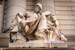 Staty på främre yttersida av Alexander Hamilton U S Beställnings- hus, nationellt museum av indianen, New York, USA royaltyfri bild