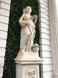 Staty på gräsplan Arkivfoto