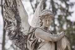 Staty på grav i den gamla kyrkogården Arkivbilder