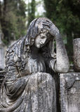 Staty på grav i den gamla kyrkogården Arkivfoton