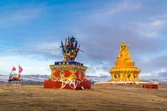 Staty på kullen på Yarchen Gar Monastery i Sichuan Royaltyfria Bilder