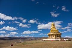 Staty på kullen på Yarchen Gar Monastery i Sichuan, Kina Royaltyfri Bild