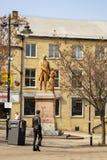 Staty som hedrar fabrikskonungen arkivbild