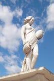 Staty som visar en grekisk mytisk musa på Royaltyfri Bild