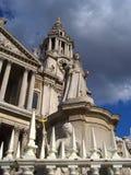 Staty, St Paul & x27 för drottning Anne; s-domkyrka, London Royaltyfria Foton