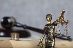 Staty Themis Pengar- och domares auktionsklubba i bakgrunden Royaltyfri Fotografi
