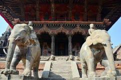 Statybild som bevakar i den Patan Durbar fyrkanten Nepal Royaltyfria Foton