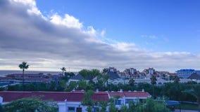 Statyczny Timelapse z chodzenia miasteczkiem w Tenerife i chmurami zbiory