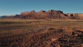 Statyczny truteń strzelał Amerykańskiego jaru grani halna panorama, samochód bierze daleko małego parking po środku pustyni zbiory