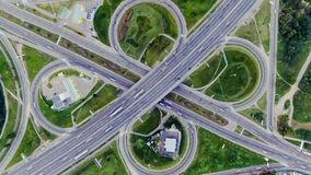 Statyczny vertical wierzchołka puszka widok z lotu ptaka ruch drogowy na autostrady wymianie przy nocą Timelapse tło zdjęcie wideo