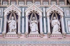 Statyer av apostlarna och den fina arkitektoniska detaljen av av, portal av Cattedrale di Santa Maria del Fiore arkivfoton
