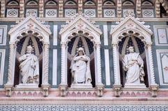 Statyer av apostlarna och den fina arkitektoniska detaljen av av, portal av Cattedrale di Santa Maria del Fiore i Florence fotografering för bildbyråer