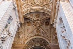 Statyer av basilikan för St Peter ` s i Vaticanen Royaltyfri Bild