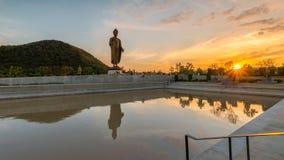 Statyer av Buddha på thipsukhontharam i Thailand, kontur och mörk signal arkivbilder