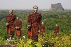 Statyer av buddistiska munkar i Mawlamyine, Myanmar Arkivbild