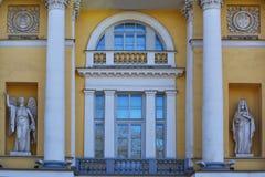 Statyer av byggnaden av senaten och synoden i St Petersburg, Ryssland Arkivfoto