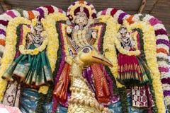 Statyer av de indiska gudarna Brahma Vishnu Durga Shiva Ganesha som göras med blommor för den Masi Magam festivalen royaltyfri foto