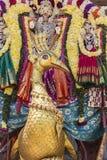 Statyer av de indiska gudarna Brahma Vishnu Durga Shiva Ganesha som göras med blommor för den Masi Magam festivalen royaltyfri bild