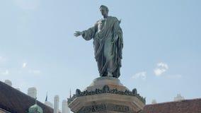 Statyer av den forntida linjalen bär togan som förbluffar den majestätiska monumentet i Wien, Österrike, vippar på upp lager videofilmer