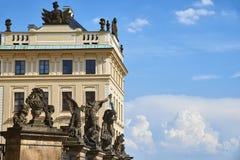 Statyer av den Prague slotten, Tjeckien arkivbild