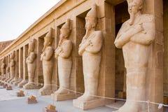 Statyer av det Hatshepsut tempelslutet upp p? solnedg?ngen, Luxor arkivbilder
