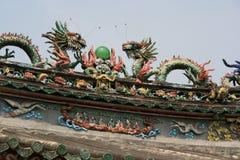 Statyer av drakar dekorerar taket av en tempel (Vietnam) Royaltyfri Fotografi