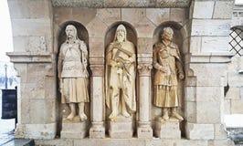 Statyer av dynasti för ¡ D för Ã-rpà gör till kung på den budapest slotten arkivfoton