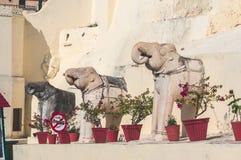 Statyer av elefanter på vägen till slottstadskomplexet i Udaipur, Indien royaltyfri fotografi