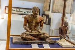 Statyer av en egyptisk scribe till namn av Mitri arkivfoto