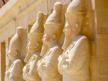 Statyer av en pharaohs i Karnak Royaltyfria Foton