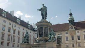 Statyer av forntida linjaler som förbluffar den majestätiska monumentet i Wien, Österrike, vippar på upp arkivfilmer