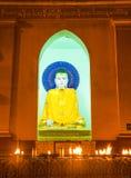 Statyer av gudar i den buddistiska templet. Arkivfoto